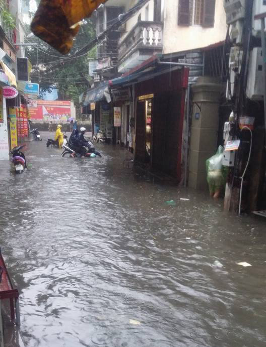 Hà Nội: Bão Thần Sét gây mưa lớn, phố thành sông - 12