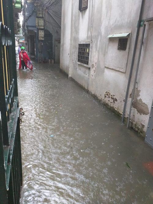 Hà Nội: Bão Thần Sét gây mưa lớn, phố thành sông - 7
