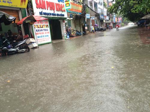 Hà Nội: Bão Thần Sét gây mưa lớn, phố thành sông - 11