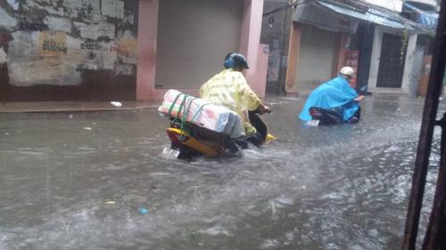 Hà Nội: Bão Thần Sét gây mưa lớn, phố thành sông - 13
