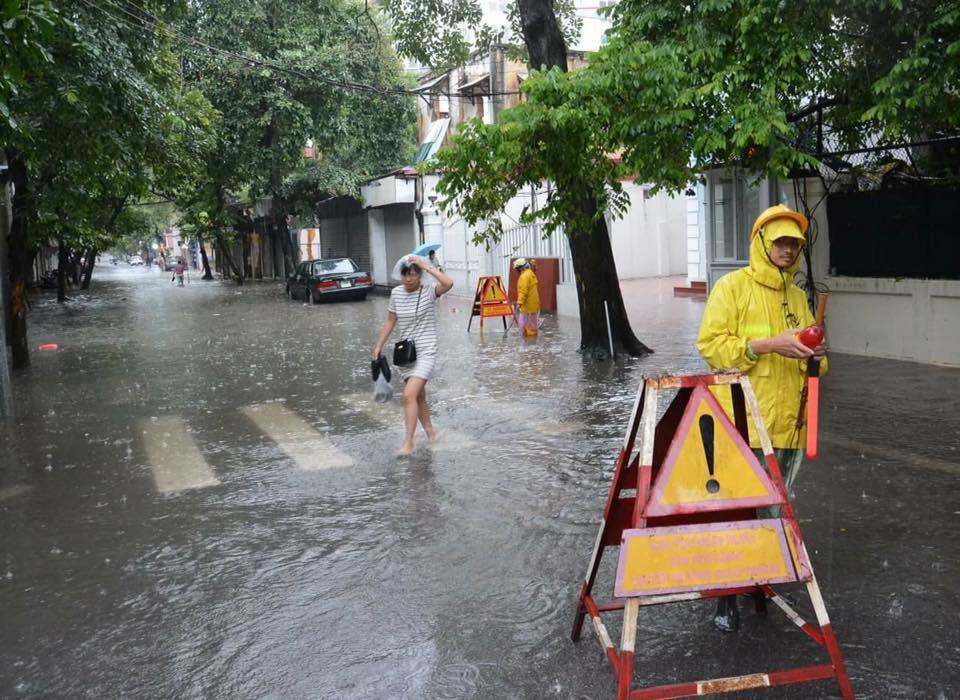Hà Nội: Bão Thần Sét gây mưa lớn, phố thành sông - 14