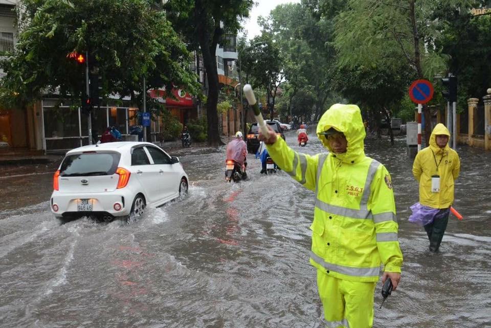 Hà Nội: Bão Thần Sét gây mưa lớn, phố thành sông - 15