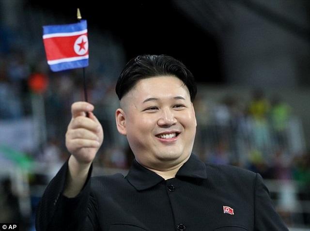 Người giống hệt Kim Jong-un xuất hiện ở Olympic Rio - 1