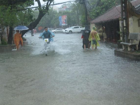 Hà Nội: Bão Thần Sét gây mưa lớn, phố thành sông - 1