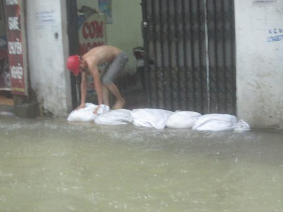 Hà Nội: Bão Thần Sét gây mưa lớn, phố thành sông - 3