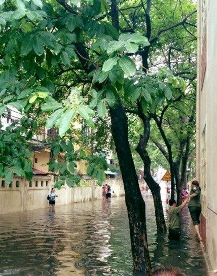 Hà Nội: Bão Thần Sét gây mưa lớn, phố thành sông - 6