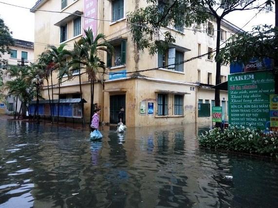 Hà Nội: Bão Thần Sét gây mưa lớn, phố thành sông - 5