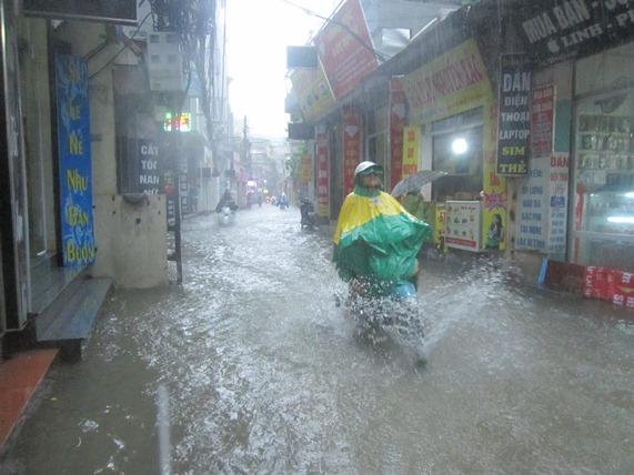 Hà Nội: Bão Thần Sét gây mưa lớn, phố thành sông - 2