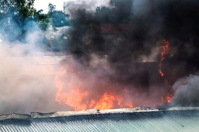 Cháy xưởng phế liệu lớn nhất nhì Bình Dương, công nhân tháo chạy - 1
