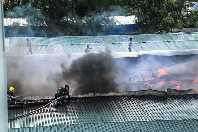 Cháy xưởng phế liệu lớn nhất nhì Bình Dương, công nhân tháo chạy - 2