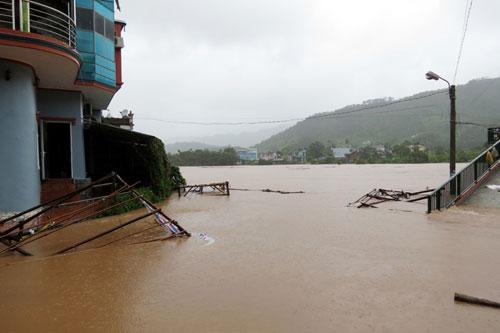 Quảng Ninh: Một huyện bị cô lập hoàn toàn trong nước lũ - 1