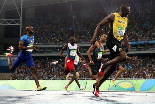 Vô đối Olympic, Bolt được bạn gái nóng bỏng đưa lên mây - 2