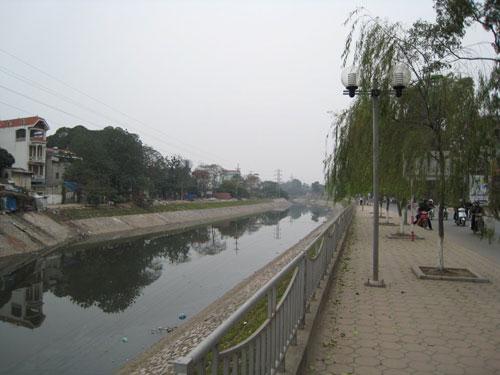 Sông Tô Lịch đen ngòm bỗng đẹp lạ lùng sau cơn bão - 4