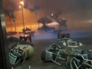 Clip: Lốc kinh hoàng cuốn phăng bàn ghế ở Hà Nội