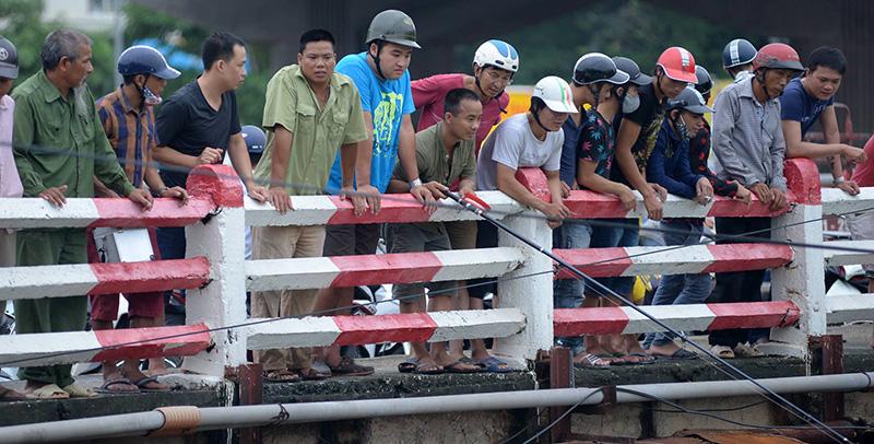 Dân Thủ đô đổ xô đi bắt cá sau bão Thần Sét - 7
