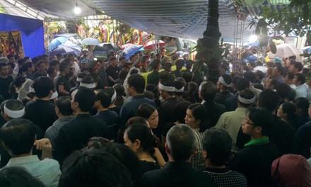 Hàng ngàn người đội mưa đưa tiễn Bí thư Tỉnh ủy Yên Bái - 1