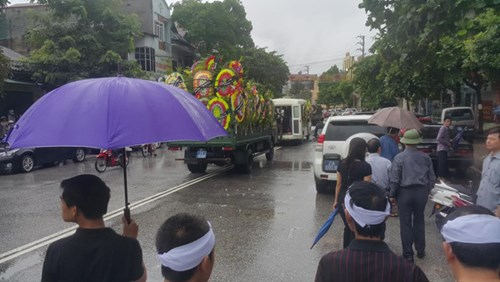 Hàng ngàn người đội mưa đưa tiễn Bí thư Tỉnh ủy Yên Bái - 2