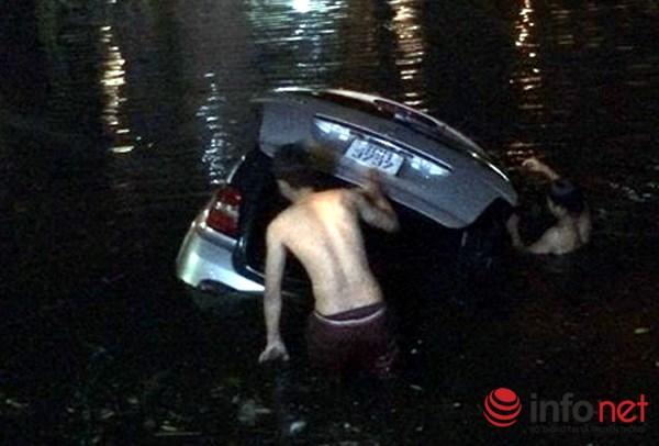 """HN: Mercedes """"bay"""" xuống hồ Trúc Bạch trong đêm mưa bão - 1"""