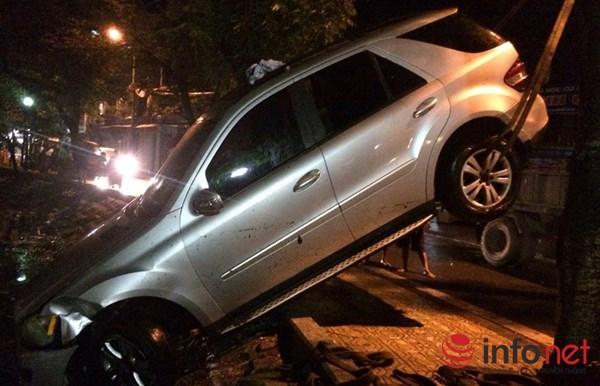 """HN: Mercedes """"bay"""" xuống hồ Trúc Bạch trong đêm mưa bão - 2"""