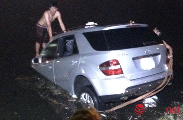 """HN: Mercedes """"bay"""" xuống hồ Trúc Bạch trong đêm mưa bão - 5"""