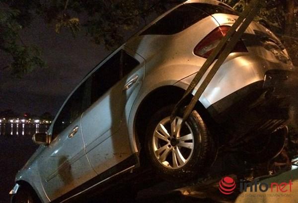 """HN: Mercedes """"bay"""" xuống hồ Trúc Bạch trong đêm mưa bão - 6"""