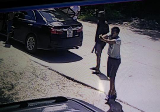 Táo tợn nổ súng, mang kiếm truy sát 1 gia đình giữa ban ngày - 2