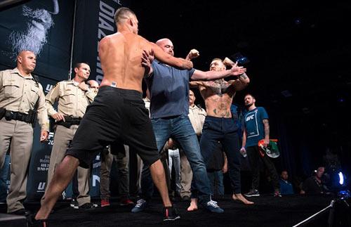 """Đại chiến UFC: """"Gã điên"""" đòi đấm gục cả đội đối thủ - 1"""