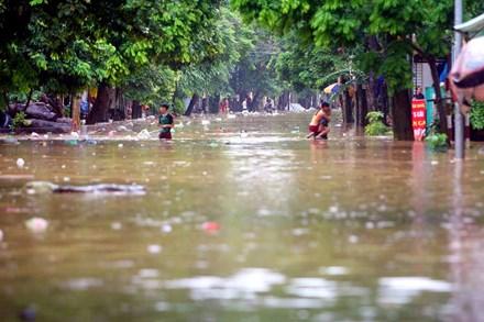TP Yên Bái ngập sâu trong biển nước sau bão số 3 - 1