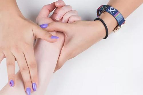 2 bước chăm sóc móng tay đẹp tự nhiên với dầu nóng - 2