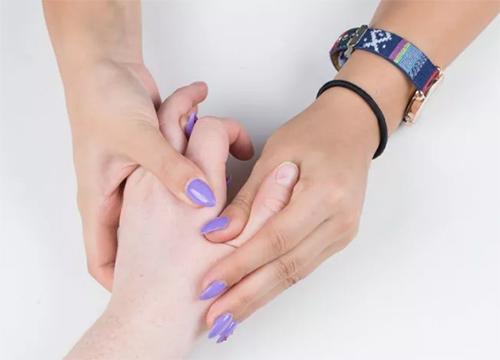 2 bước chăm sóc móng tay đẹp tự nhiên với dầu nóng - 3