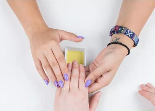2 bước chăm sóc móng tay đẹp tự nhiên với dầu nóng - 6