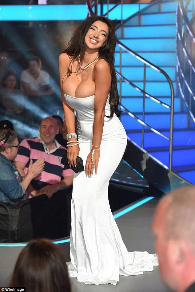 Chân dài Playboy cố tình lộ ngực ngoại cỡ trên sóng trực tiếp - 5