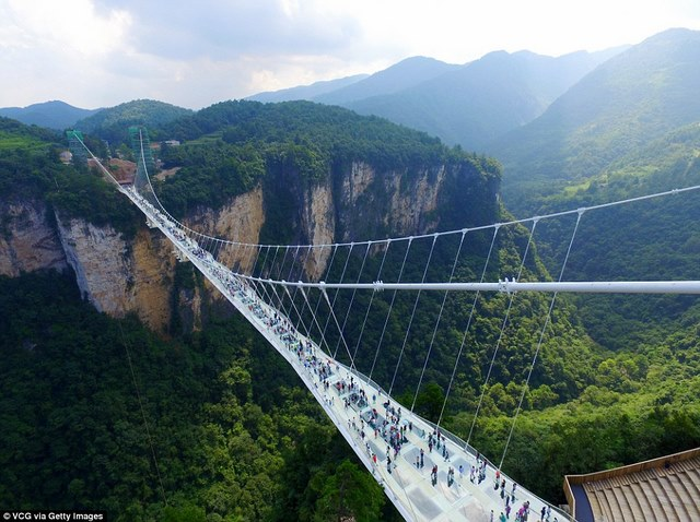 Khai trương cầu kính cao và dài nhất thế giới - 1