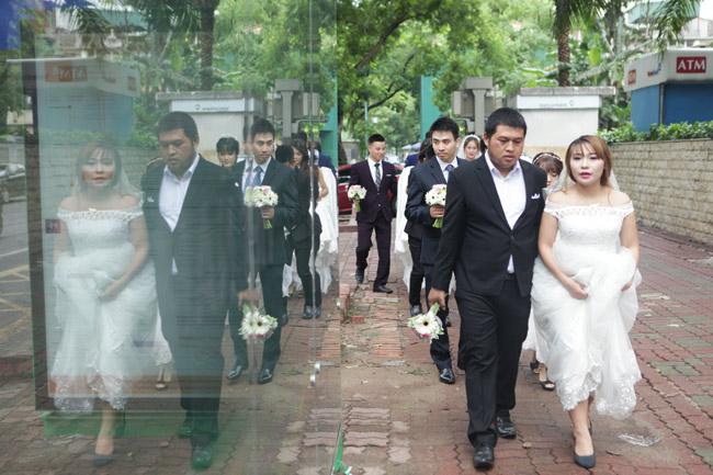 HN: 29 cặp đôi hạnh phúc hôn nhau trên cầu Thê Húc - 1