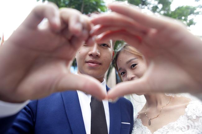 HN: 29 cặp đôi hạnh phúc hôn nhau trên cầu Thê Húc - 2