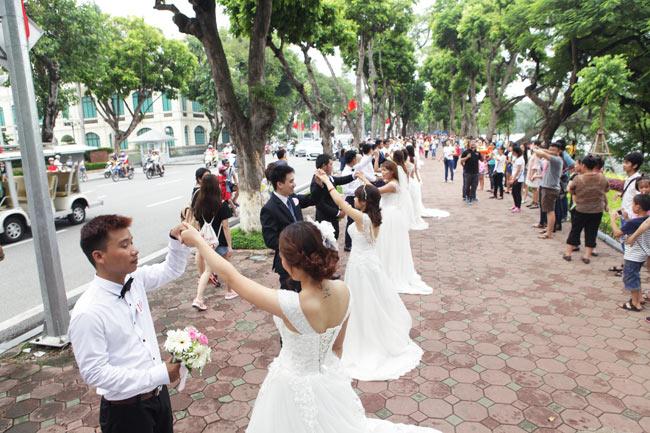 HN: 29 cặp đôi hạnh phúc hôn nhau trên cầu Thê Húc - 11