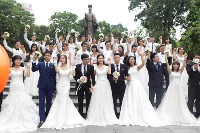HN: 29 cặp đôi hạnh phúc hôn nhau trên cầu Thê Húc - 8