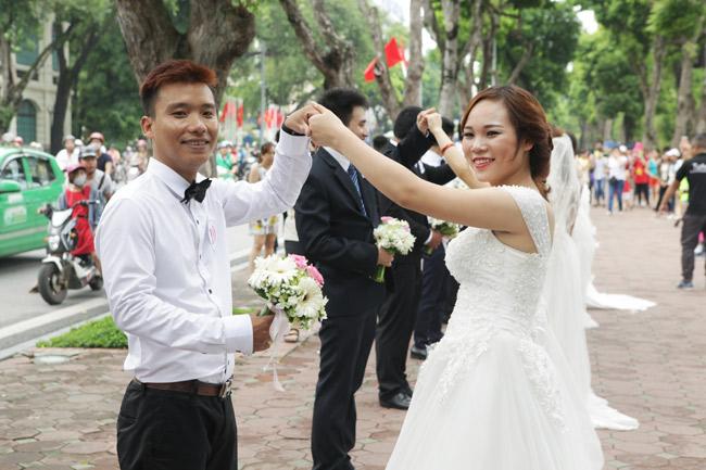 HN: 29 cặp đôi hạnh phúc hôn nhau trên cầu Thê Húc - 13