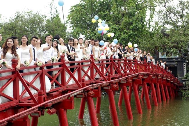HN: 29 cặp đôi hạnh phúc hôn nhau trên cầu Thê Húc - 14