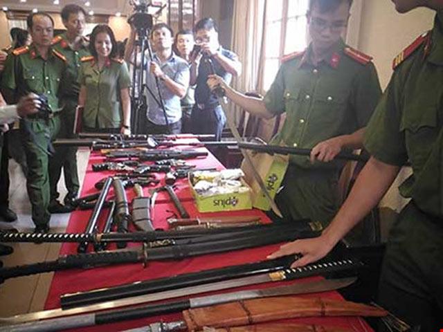 Có nên tăng quyền sử dụng súng cho CSGT? - 1