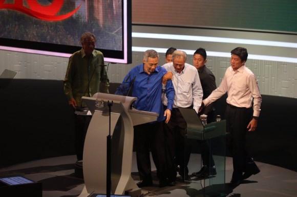 Thủ tướng Singapore ngất khi đọc diễn văn - 2