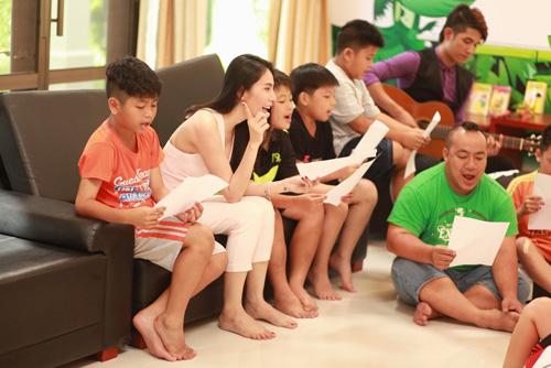 Lotte Cầu Thủ Nhí 2016: Thủy Tiên hát cho các cầu thủ nhí - 2