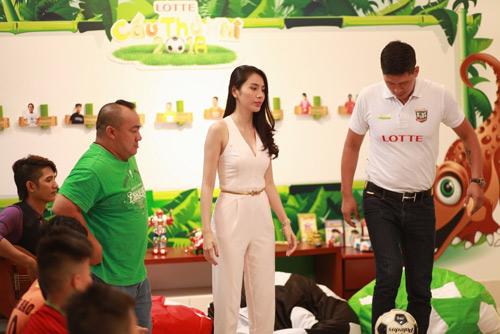 Lotte Cầu Thủ Nhí 2016: Thủy Tiên hát cho các cầu thủ nhí - 5