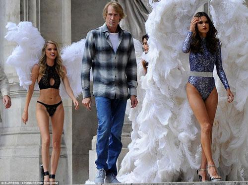 4 siêu mẫu mặc nội y, đeo cánh khuấy đảo nhà hát Paris - 7