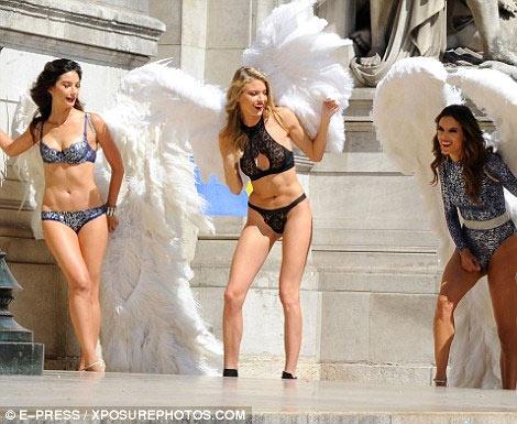 4 siêu mẫu mặc nội y, đeo cánh khuấy đảo nhà hát Paris - 3