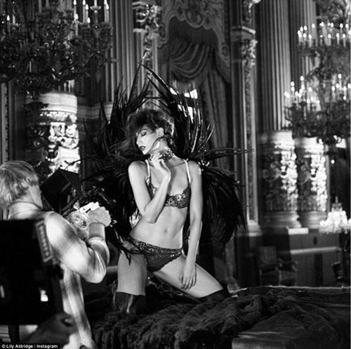 4 siêu mẫu mặc nội y, đeo cánh khuấy đảo nhà hát Paris - 11