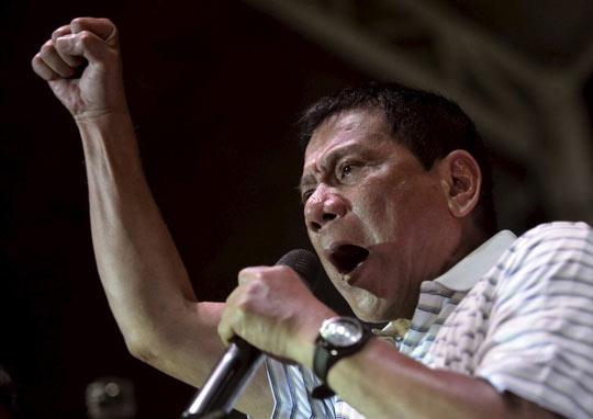 """Họp báo nửa đêm, ông Duterte """"đuổi"""" hết """"người cũ"""" - 1"""