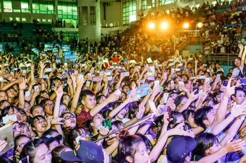 Hàng trăm fan nữ muốn được làm vợ Sơn Tùng - 3