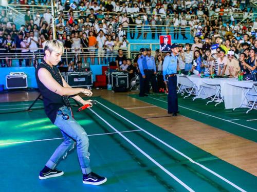 Hàng trăm fan nữ muốn được làm vợ Sơn Tùng - 6