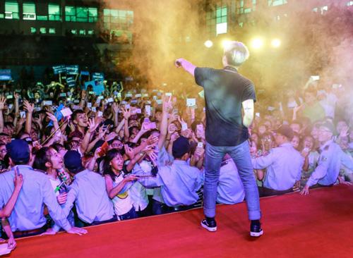 Hàng trăm fan nữ muốn được làm vợ Sơn Tùng - 7